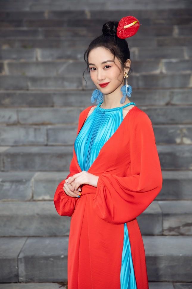 Hoa hậu Tiểu Vy, Mỹ Linh, Hương Giang, Chi Pu khoe thần thái trong cái lạnh dưới 10 độ ảnh 13