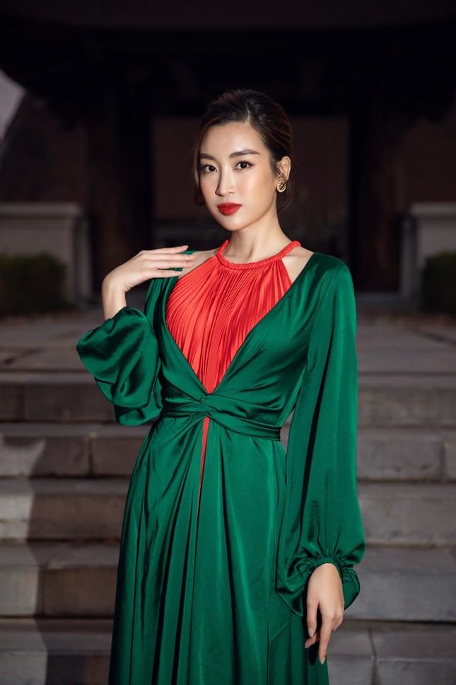 Hoa hậu Tiểu Vy, Mỹ Linh, Hương Giang, Chi Pu khoe thần thái trong cái lạnh dưới 10 độ ảnh 4