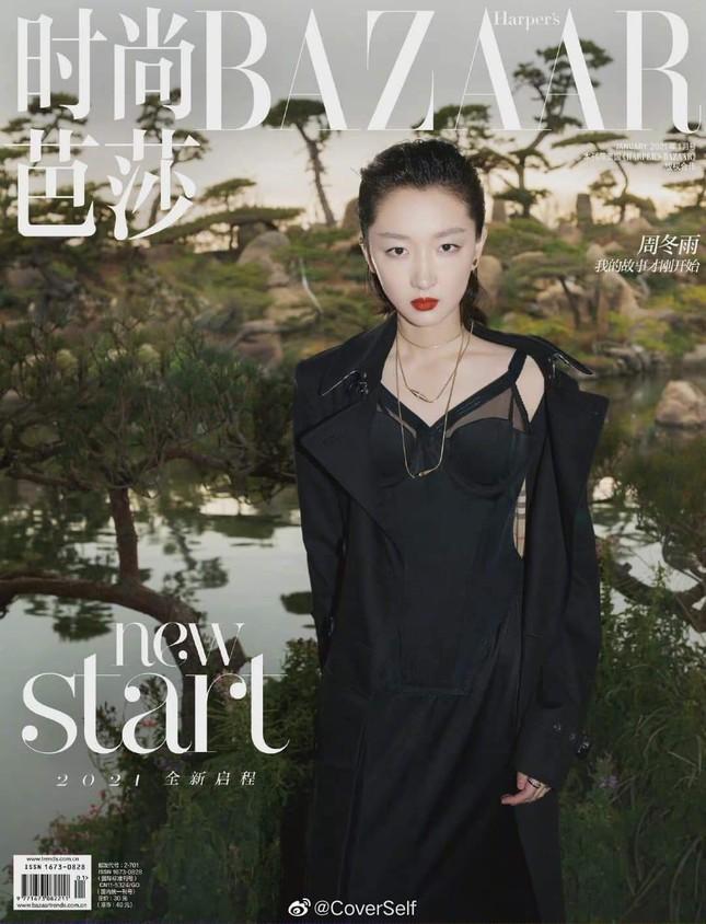"""Tam kim Ảnh hậu Châu Đông Vũ bị chê """"kém sang"""" trên bìa khai niên tạp chí Harper's BAZAAR ảnh 1"""