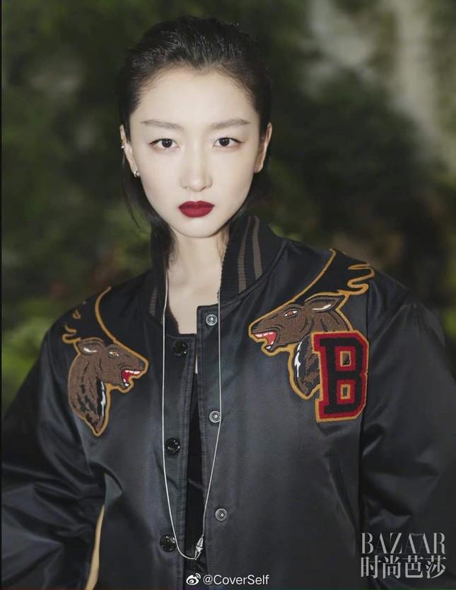 """Tam kim Ảnh hậu Châu Đông Vũ bị chê """"kém sang"""" trên bìa khai niên tạp chí Harper's BAZAAR ảnh 6"""