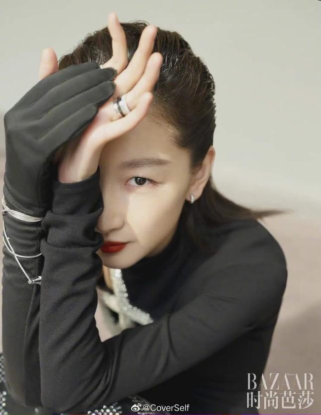 """Tam kim Ảnh hậu Châu Đông Vũ bị chê """"kém sang"""" trên bìa khai niên tạp chí Harper's BAZAAR ảnh 7"""