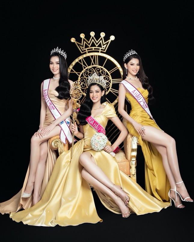 Nhan sắc Hoa hậu Đỗ Thị Hà & 2 Á hậu khác gì sau 1 tháng đăng quang với lịch trình dày đặc ảnh 1