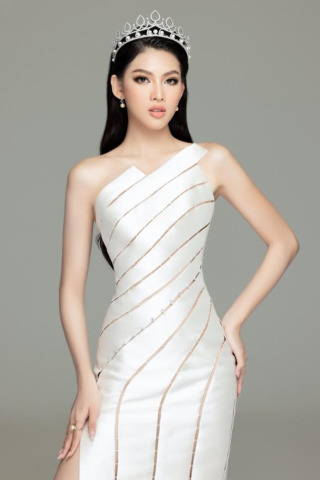 """Hoa hậu Đỗ Thị Hà và 2 Á hậu khoe vai trần trong bộ váy đẹp như những """"nàng tiên cá"""" ảnh 9"""