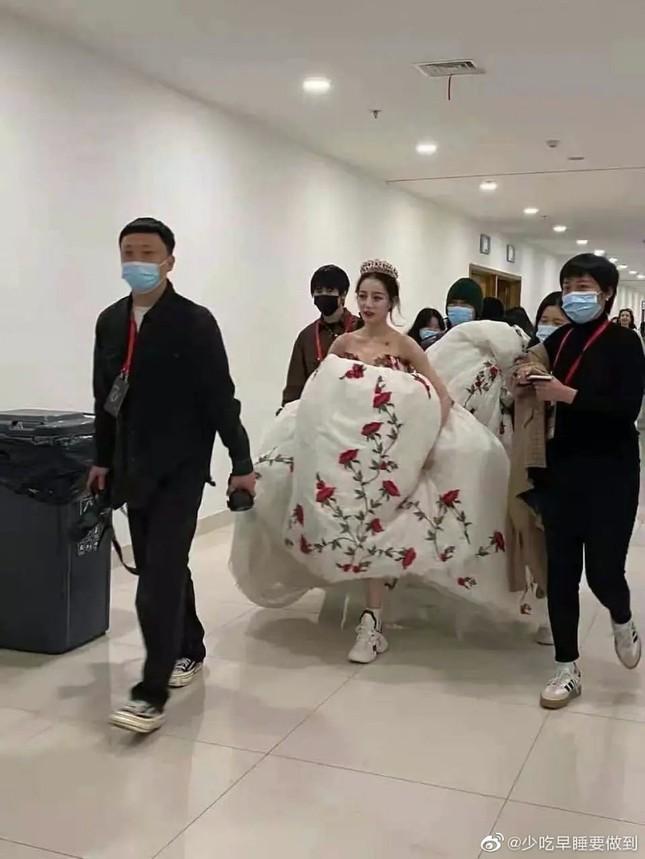 """Địch Lệ Nhiệt Ba xinh đẹp như """"công chúa hoa hồng"""" trên siêu thảm đỏ Tinh Quang Đại Thưởng ảnh 7"""