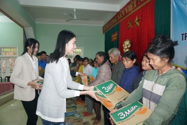 Hoa hậu Đỗ Thị Hà và 2 Á hậu vượt bùn đất tới Nam Trà My trao 1 tỷ đồng xây 18 căn nhà mới ảnh 3