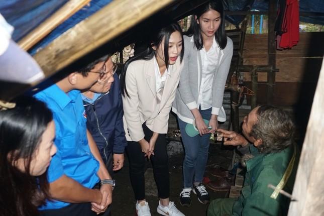 Hoa hậu Đỗ Thị Hà và 2 Á hậu vượt bùn đất tới Nam Trà My trao 1 tỷ đồng xây 18 căn nhà mới ảnh 1