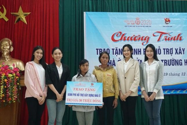 Hoa hậu Đỗ Thị Hà và 2 Á hậu vượt bùn đất tới Nam Trà My trao 1 tỷ đồng xây 18 căn nhà mới ảnh 4