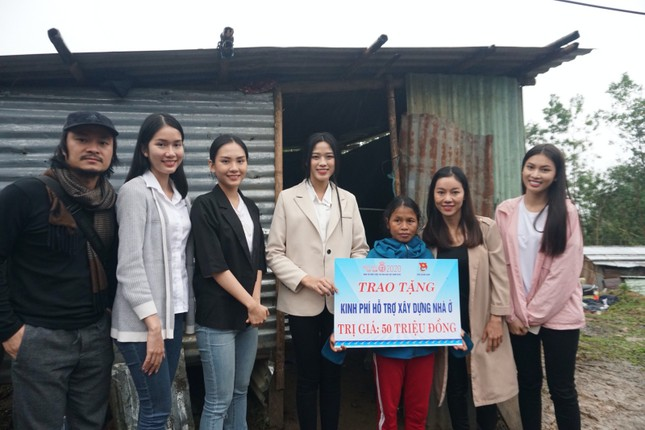 Hoa hậu Đỗ Thị Hà và 2 Á hậu vượt bùn đất tới Nam Trà My trao 1 tỷ đồng xây 18 căn nhà mới ảnh 2