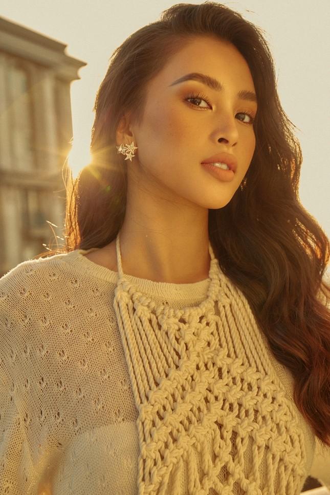 """Hết nhiệm kỳ, Hoa hậu Tiểu Vy """"bung lụa"""", khoe nhan sắc đẹp như siêu mẫu quốc tế ảnh 1"""