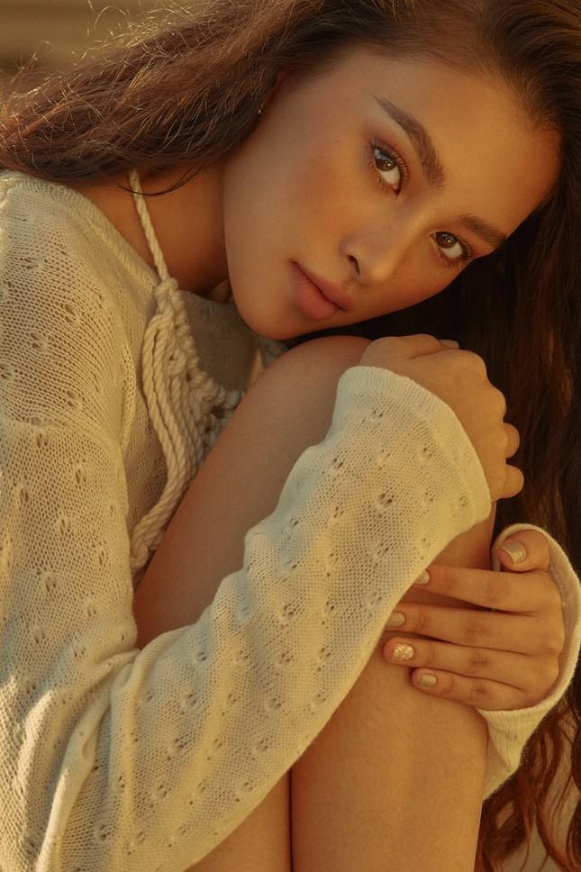 """Hết nhiệm kỳ, Hoa hậu Tiểu Vy """"bung lụa"""", khoe nhan sắc đẹp như siêu mẫu quốc tế ảnh 9"""