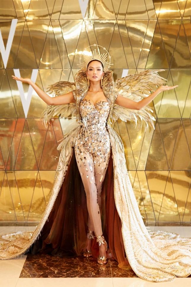 Hoa hậu H'Hen Niê hóa thân thành Nữ thần Mặt Trời đầy quyền lực trong bộ váy đồ sộ ảnh 1
