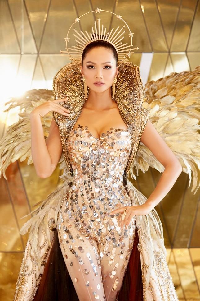 Hoa hậu H'Hen Niê hóa thân thành Nữ thần Mặt Trời đầy quyền lực trong bộ váy đồ sộ ảnh 4