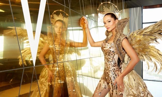 Hoa hậu H'Hen Niê hóa thân thành Nữ thần Mặt Trời đầy quyền lực trong bộ váy đồ sộ ảnh 3