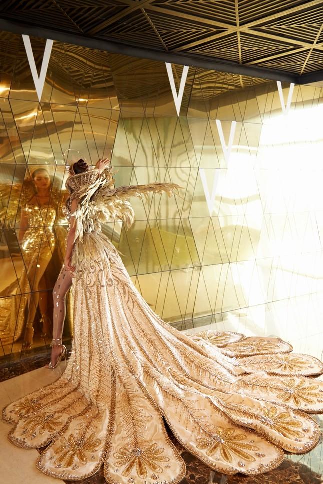 Hoa hậu H'Hen Niê hóa thân thành Nữ thần Mặt Trời đầy quyền lực trong bộ váy đồ sộ ảnh 6
