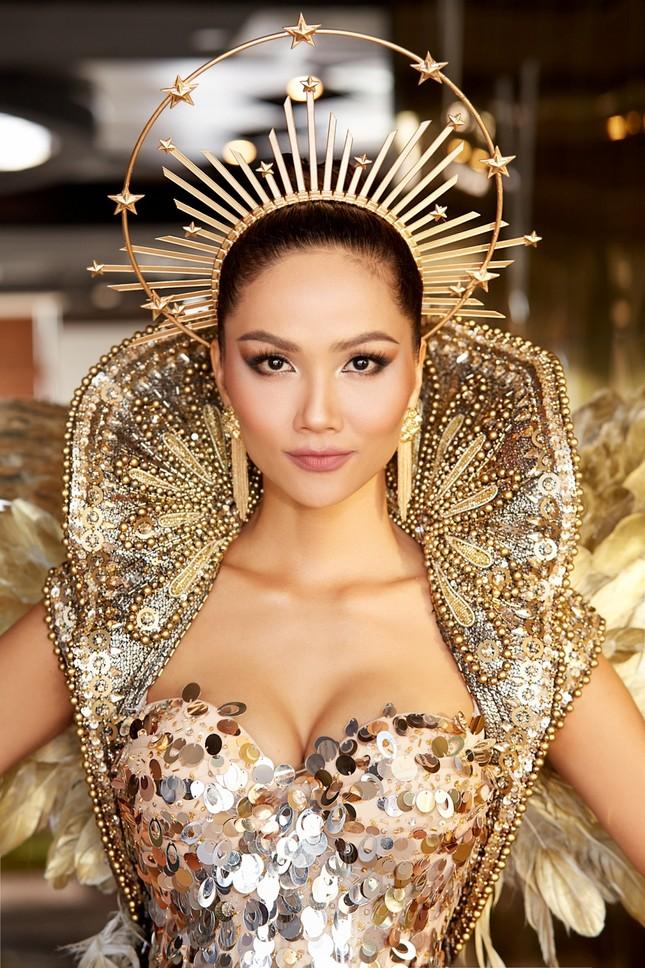 Hoa hậu H'Hen Niê hóa thân thành Nữ thần Mặt Trời đầy quyền lực trong bộ váy đồ sộ ảnh 5