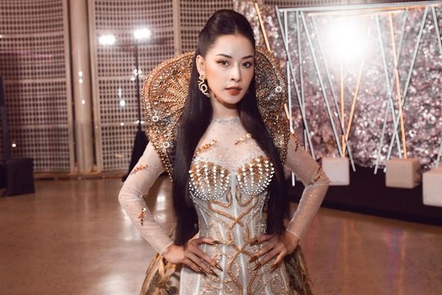 """Chi Pu có quá can đảm khi dám diện chiếc váy 40kg """"đụng hàng"""" Hoa hậu Mỹ Linh & H'Hen Niê? ảnh 6"""