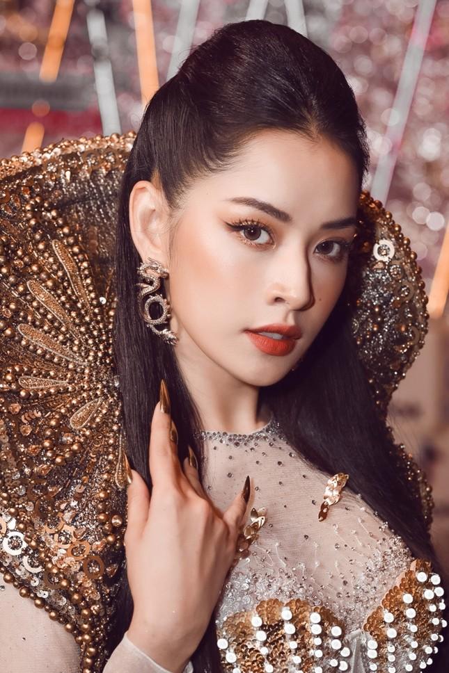"""Chi Pu có quá can đảm khi dám diện chiếc váy 40kg """"đụng hàng"""" Hoa hậu Mỹ Linh & H'Hen Niê? ảnh 4"""