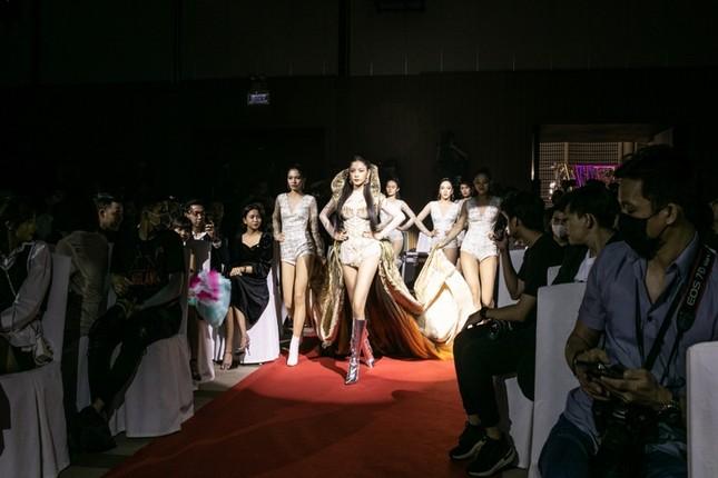 """Chi Pu có quá can đảm khi dám diện chiếc váy 40kg """"đụng hàng"""" Hoa hậu Mỹ Linh & H'Hen Niê? ảnh 7"""