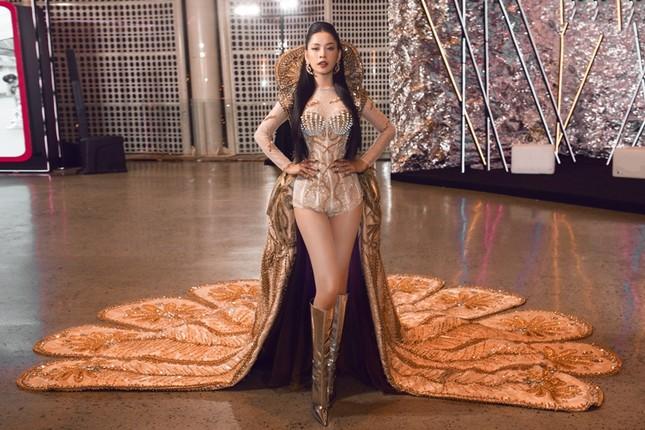 """Chi Pu có quá can đảm khi dám diện chiếc váy 40kg """"đụng hàng"""" Hoa hậu Mỹ Linh & H'Hen Niê? ảnh 5"""