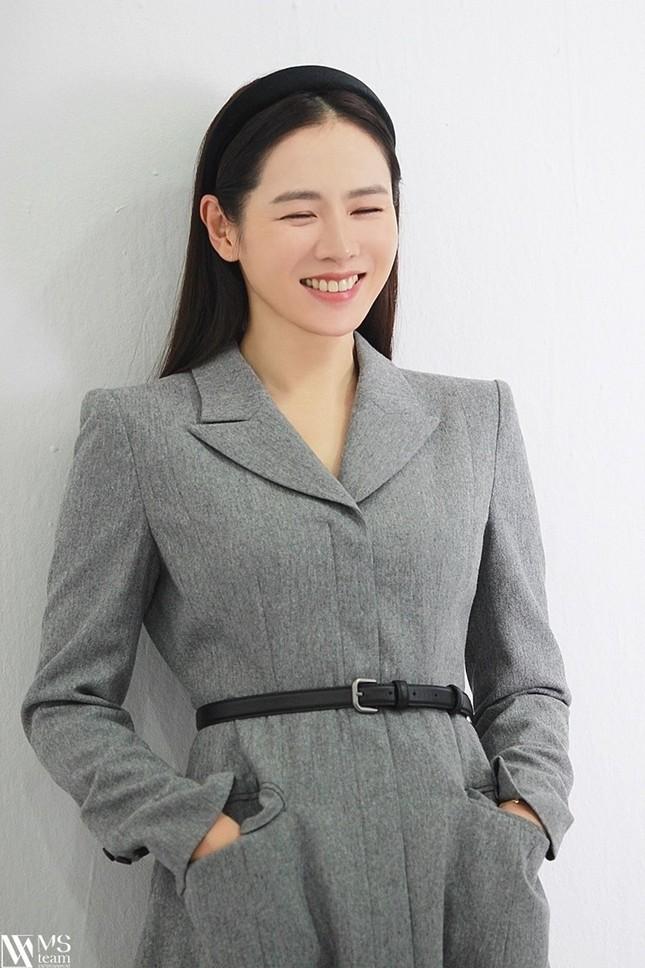 """Học ngay """"chị đẹp"""" Son Ye Jin cách dùng phụ kiện cho tóc xinh đẹp ấn tượng trong mùa Đông ảnh 2"""