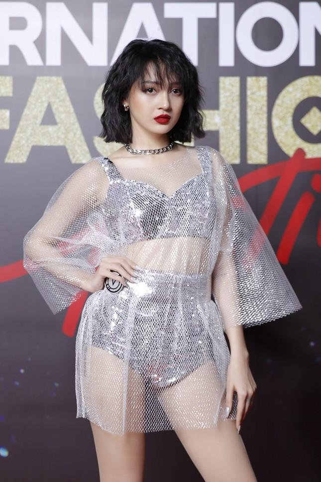 """Top 10 mỹ nhân thảm đỏ Lễ hội Thời trang: Bảo Anh mặc đồ xuyên thấu """"một mình một kiểu"""" ảnh 2"""