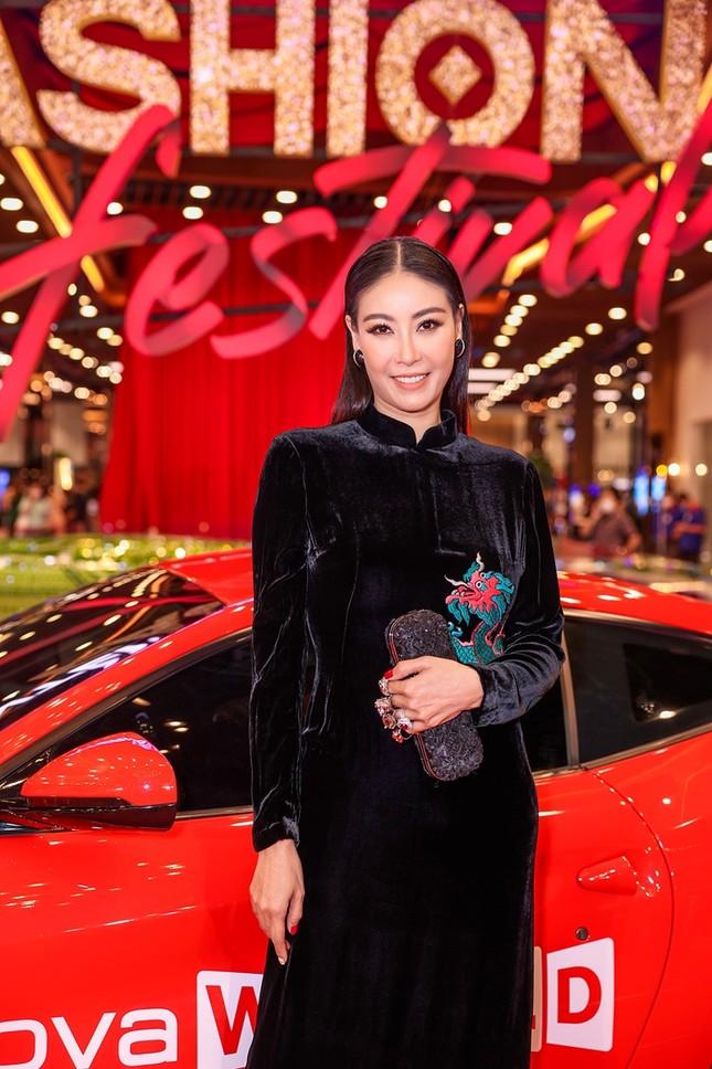 """Top 10 mỹ nhân thảm đỏ Lễ hội Thời trang: Bảo Anh mặc đồ xuyên thấu """"một mình một kiểu"""" ảnh 8"""