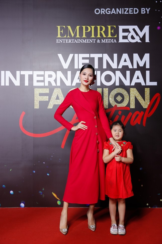 """Top 10 mỹ nhân thảm đỏ Lễ hội Thời trang: Bảo Anh mặc đồ xuyên thấu """"một mình một kiểu"""" ảnh 1"""