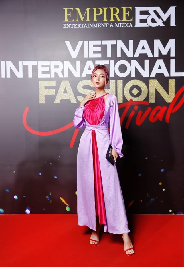 """Top 10 mỹ nhân thảm đỏ Lễ hội Thời trang: Bảo Anh mặc đồ xuyên thấu """"một mình một kiểu"""" ảnh 4"""