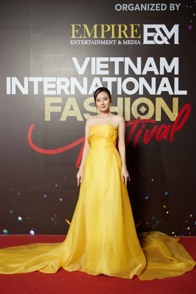 """Top 10 mỹ nhân thảm đỏ Lễ hội Thời trang: Bảo Anh mặc đồ xuyên thấu """"một mình một kiểu"""" ảnh 9"""