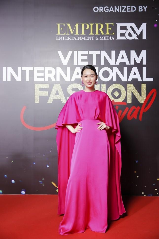 """Top 10 mỹ nhân thảm đỏ Lễ hội Thời trang: Bảo Anh mặc đồ xuyên thấu """"một mình một kiểu"""" ảnh 7"""