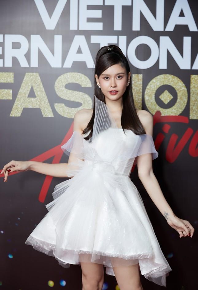 """Top 10 mỹ nhân thảm đỏ Lễ hội Thời trang: Bảo Anh mặc đồ xuyên thấu """"một mình một kiểu"""" ảnh 6"""