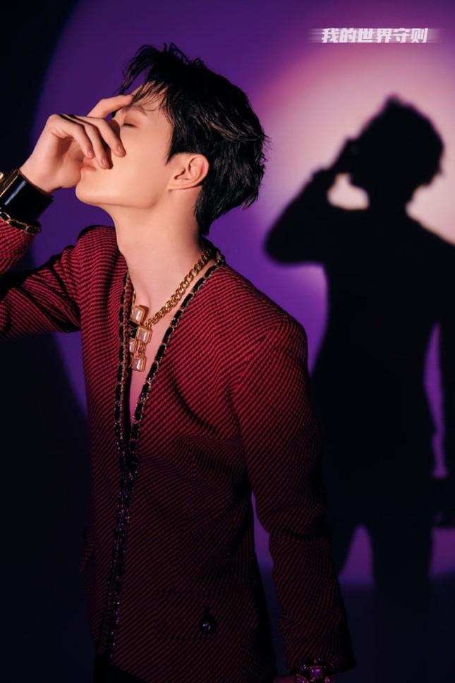 Vương Nhất Bác tung poster cho single thứ 4, netizen ghen tị vì nam thần có body siêu mỏng ảnh 5