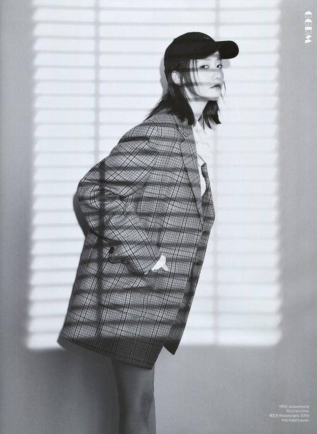 """""""Tường thành nhan sắc"""" Yoona mặc gì trong bộ ảnh mới mà được khen """"đẹp trai"""" như nam thần? ảnh 3"""