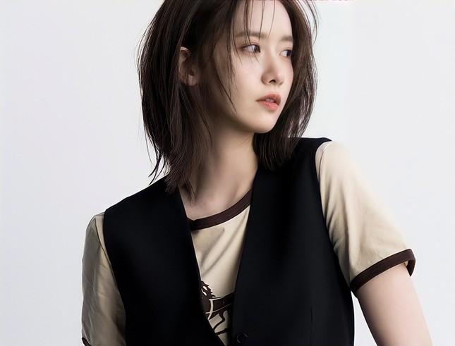 """""""Tường thành nhan sắc"""" Yoona mặc gì trong bộ ảnh mới mà được khen """"đẹp trai"""" như nam thần? ảnh 6"""