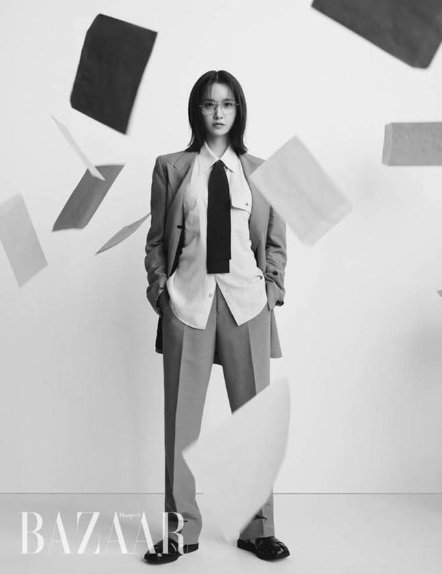 """""""Tường thành nhan sắc"""" Yoona mặc gì trong bộ ảnh mới mà được khen """"đẹp trai"""" như nam thần? ảnh 1"""
