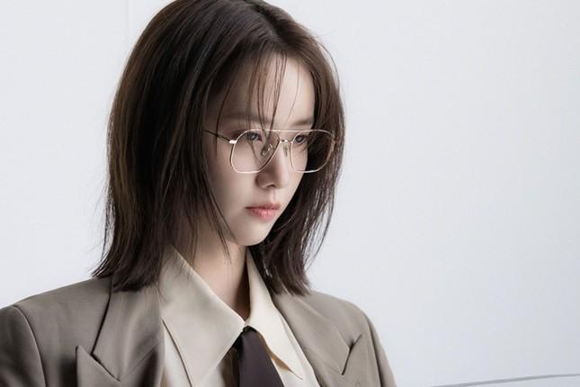 """""""Tường thành nhan sắc"""" Yoona mặc gì trong bộ ảnh mới mà được khen """"đẹp trai"""" như nam thần? ảnh 11"""