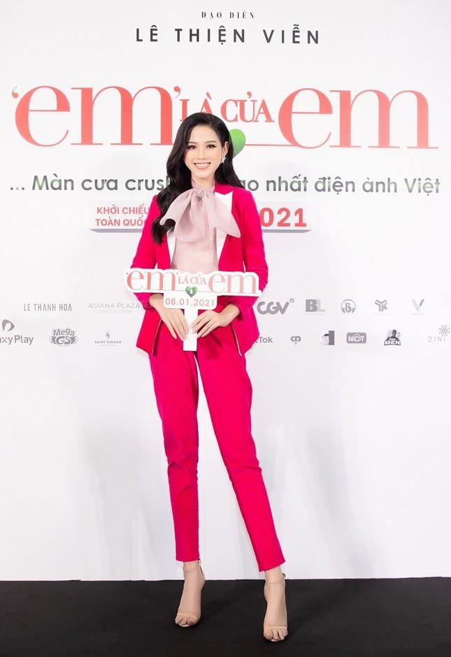 """Hoa hậu Đỗ Thị Hà và Mai Phương Thúy khoe nhan sắc """"một 9 một 10"""" trên thảm đỏ ra mắt phim ảnh 3"""