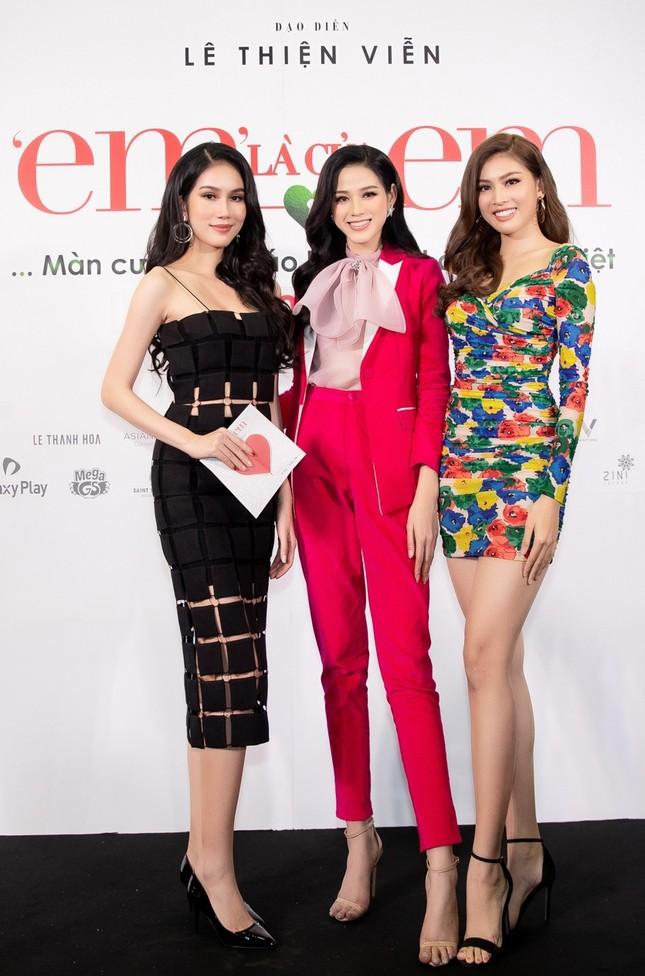 """Hoa hậu Đỗ Thị Hà và Mai Phương Thúy khoe nhan sắc """"một 9 một 10"""" trên thảm đỏ ra mắt phim ảnh 5"""