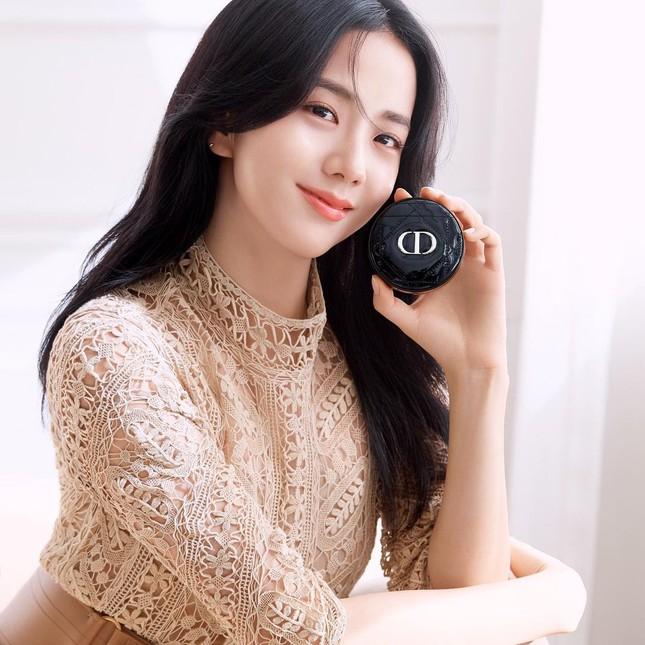 Jisoo BLACKPINK có lấn át được Hoa hậu Honey Lee trong loạt ảnh quảng cáo mỹ phẩm Dior? ảnh 9