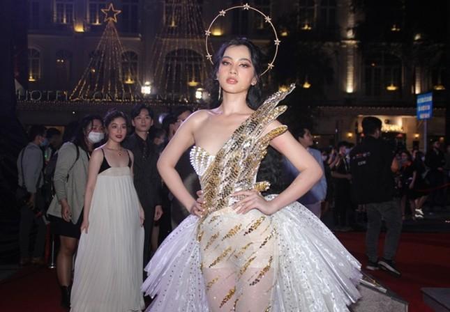 """Hoa hậu Đỗ Thị Hà, Tiểu Vy và Lương Thùy Linh lại có màn đọ sắc """"cực gắt"""" trên thảm đỏ ảnh 10"""