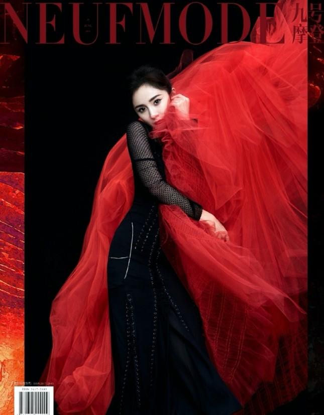 """Dương Mịch """"mở hàng"""" bìa năm mới của 3 tạp chí lớn, trong đó có Harper's BAZAAR Việt Nam ảnh 2"""