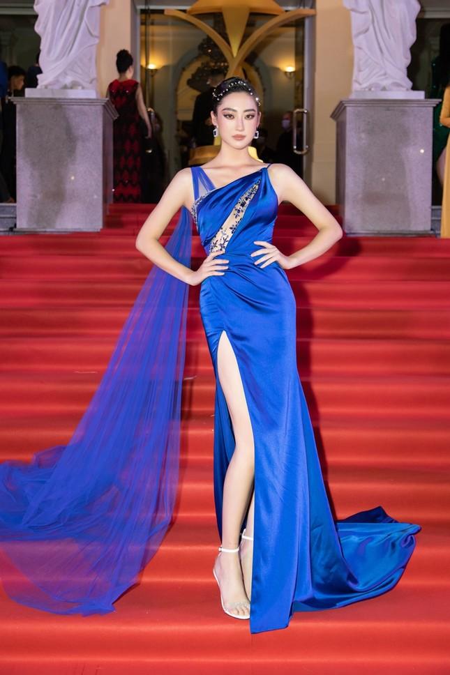 """Hoa hậu Đỗ Thị Hà, Tiểu Vy và Lương Thùy Linh lại có màn đọ sắc """"cực gắt"""" trên thảm đỏ ảnh 6"""