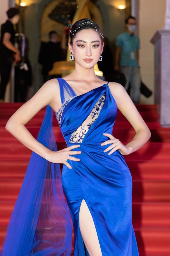 """Hoa hậu Đỗ Thị Hà, Tiểu Vy và Lương Thùy Linh lại có màn đọ sắc """"cực gắt"""" trên thảm đỏ ảnh 5"""