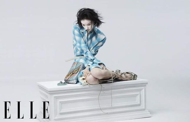 Nghê Ni khiến netizen Trung tranh cãi kịch liệt vì mặt trắng bệch trên bìa ELLE Trung ảnh 8