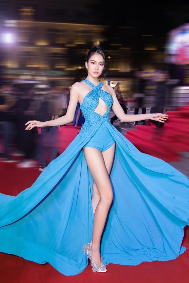 """Hoa hậu Đỗ Thị Hà, Tiểu Vy và Lương Thùy Linh lại có màn đọ sắc """"cực gắt"""" trên thảm đỏ ảnh 7"""