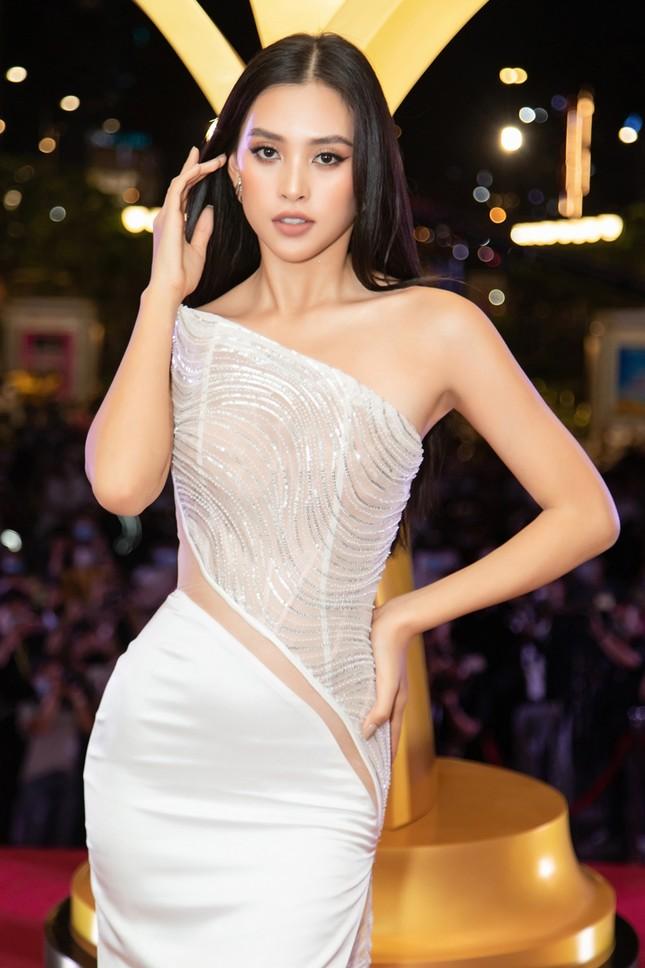 """Hoa hậu Đỗ Thị Hà, Tiểu Vy và Lương Thùy Linh lại có màn đọ sắc """"cực gắt"""" trên thảm đỏ ảnh 3"""