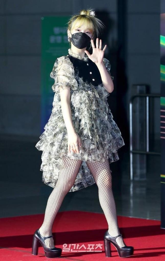 """Seunghee OH MY GIRL biến bộ váy từng được Jennie BLACKPINK mặc thành """"thảm họa thời trang"""" ảnh 2"""