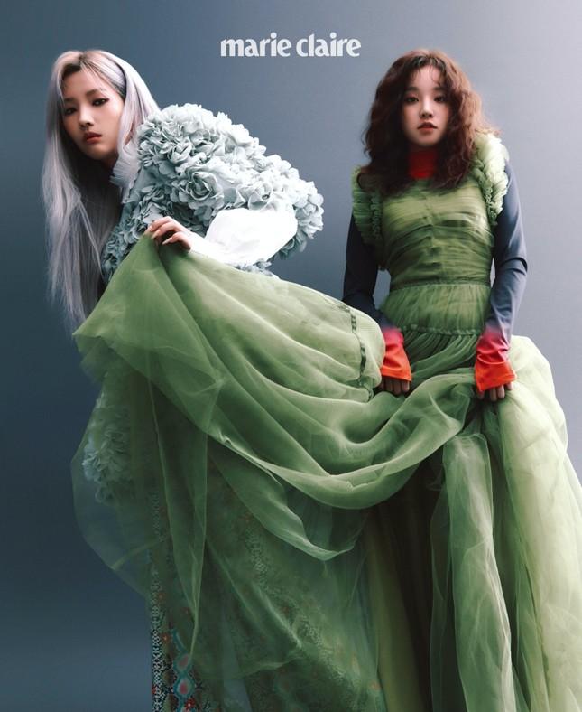 Nhìn 2 thành viên của (G)I-DLE mặc váy giống Rosé BLACKPINK mà thấy buồn cho 2 cô gái ảnh 1