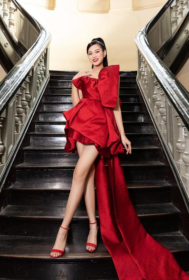 Hoa hậu Đỗ Thị Hà, Tiểu Vy khoe vai trần trong show thời trang với dress code đỏ rực ảnh 1