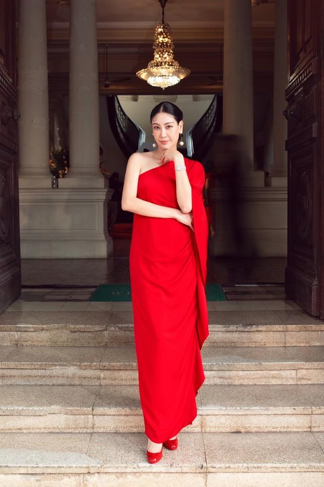 Hoa hậu Đỗ Thị Hà, Tiểu Vy khoe vai trần trong show thời trang với dress code đỏ rực ảnh 4